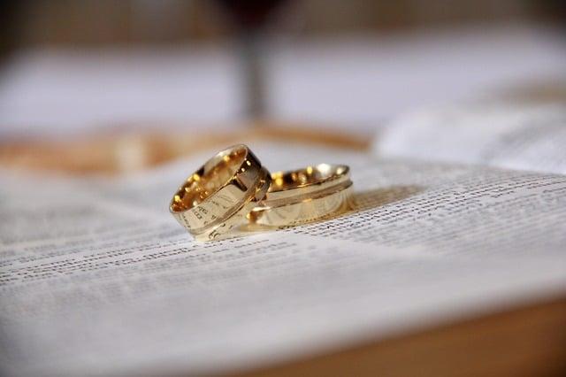 Comment choisir la bijouterie idéale pour ses alliances de mariage ?